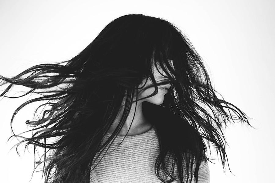 A bas les cheveux gras ! Astuces de survie