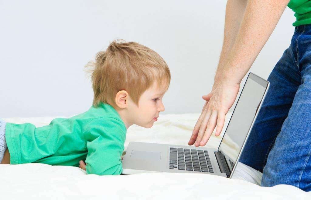 Comment préserver son enfant des dangers d'internet sans pour autant lui interdire